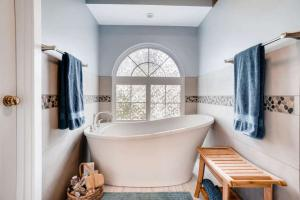 Home Run Solutions will hold a free Bathroom Design Seminar at their Mill Creek design center on Thursday evening March 14, 2019. Topics include design/build contractor benefits, bathroom layout and design rules of thumb, bathroom solutions you may have not considered, fixture trends and options, and safety/planning for the future.